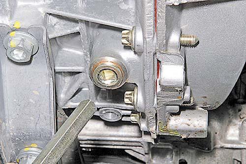 Четырехгранником «на 8» отворачиваем пробку сливного отверстия и сливаем масло в емкость